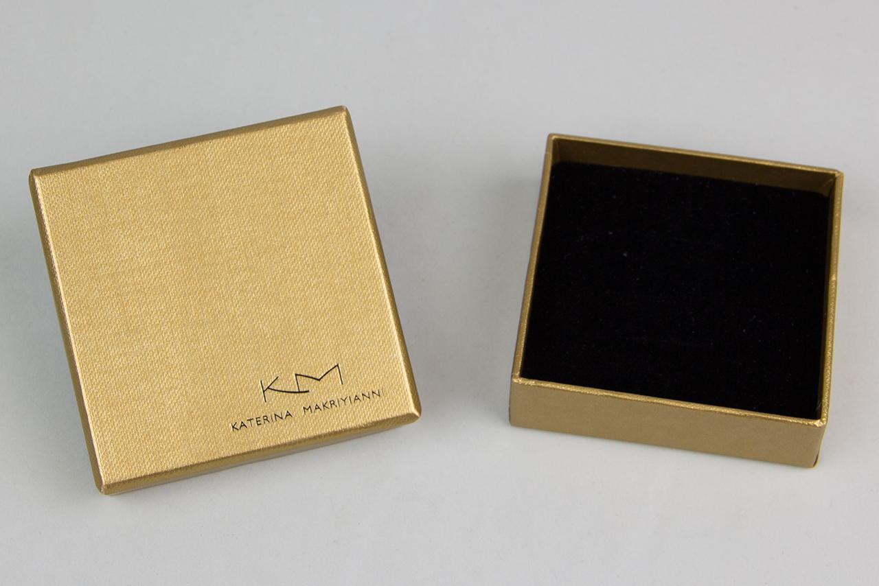 Κατόπιν ειδικής παραγγελίας δημιουργήσαμε για τα κοσμήματα της Κατερίνας Μακρυγιάννη, κουτιά σε διάφορες διαστάσεις με ειδικό χαρτί αγγλικής προέλευσης.