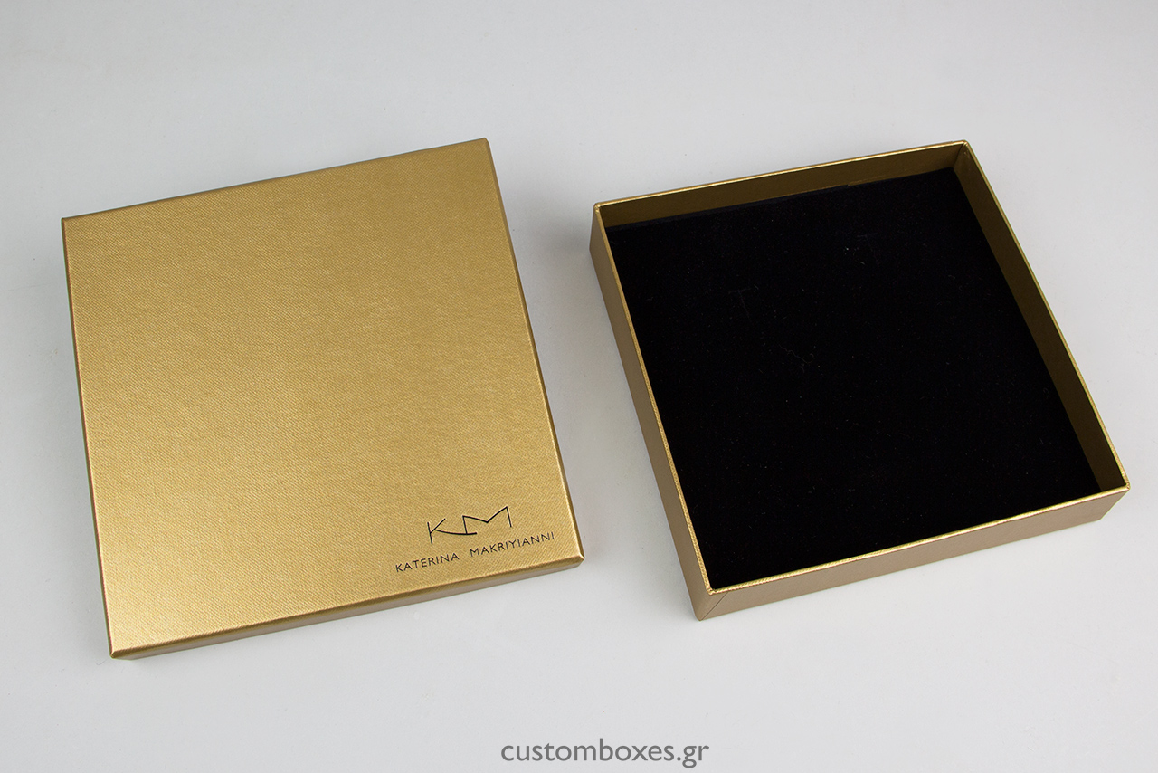 Το εσωτερικό του κουτιών αποτελείται από μαύρο βελούδο και σχεδιάστηκε σύμφωνα με τις ανάγκες των φιλοξενούμενων κοσμημάτων της Κατερίνας Μακρυγιάννη.