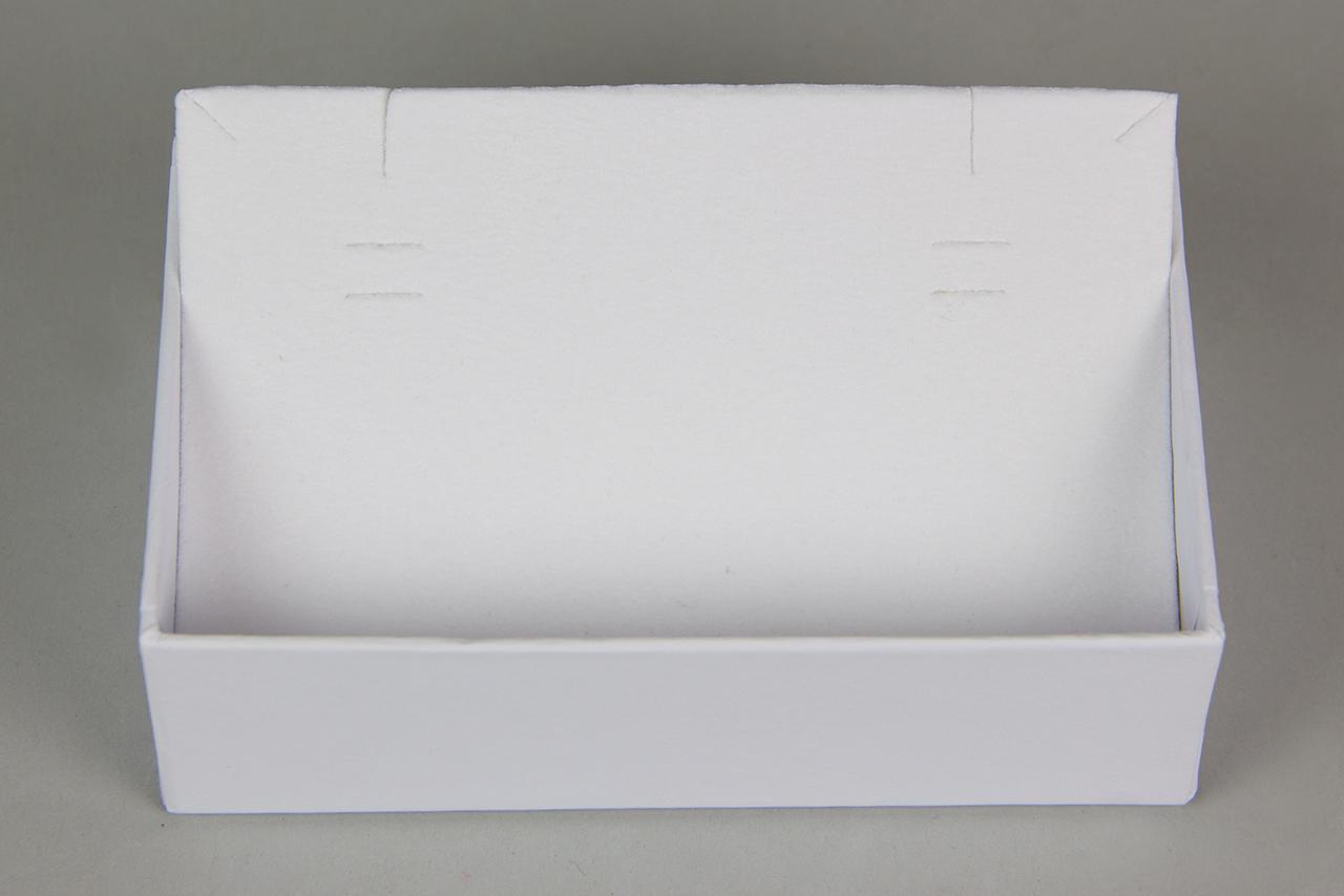 Το κουτί διαθέτει εσωτερικό από λευκό βελούδο, άριστης ποιότητας και εγκοπές για τα κοσμήματα MÉRBABE.