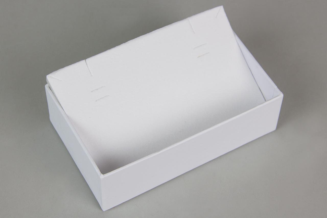 Το CustomBoxes Newman, σχεδιάζει και δημιουργεί για εσάς τα κουτιά που χρειάζεστε όπως επίσης και τα ένθετα βελούδου, με τις κατάλληλες για τα δικά σας προϊόντα εγκοπές, σε τρία διαφορετικά χρώματα: λευκό, μαύρο και ιβουάρ.