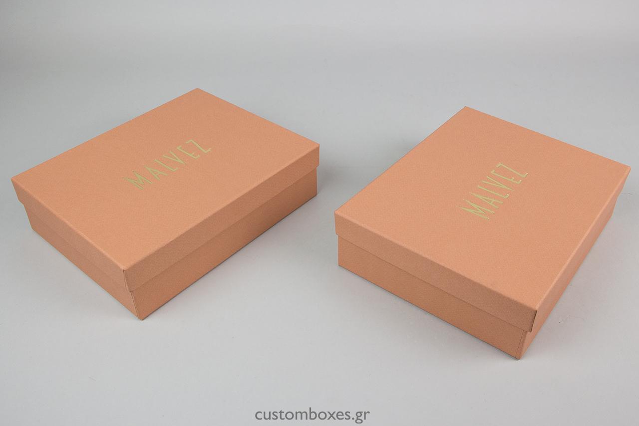 Το ειδικό χαρτί του κουτιού σε ροδακινί απόχρωση δεν είναι τυπωμένο αλλά το ιδιαίτερο αυτό χρώμα περιέχεται μέσα στον πολτό του χαρτιού.