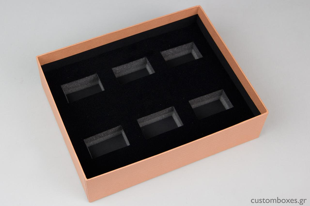 Το εσωτερικό του κουτιού αποτελείται από μαύρο βελούδο και σχεδιάστηκε σύμφωνα με τις ανάγκες και τις ακριβείς διαστάσεις των κρίκων για πετσέτες φαγητού της MALVEZ.