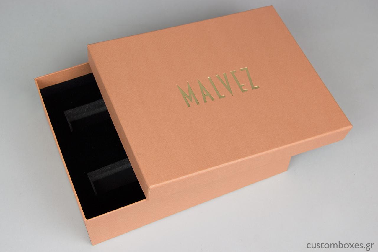 Η εκτύπωση του λογότυπου στο καπάκι του κουτιού έγινε με τη μέθοδο της θερμοτυπίας σε χρυσαφένια απόχρωση.
